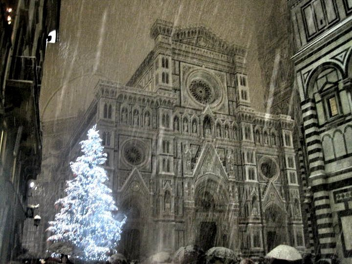 Christmas In Florence Italy.Duomo Florence Christmas Tree Under The Snow Italy Insider