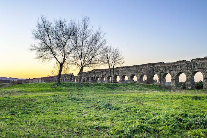 acquedotto romano nella campagna di Roma. Parco degli acquedotti.