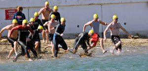 swimmers-1049590_1920
