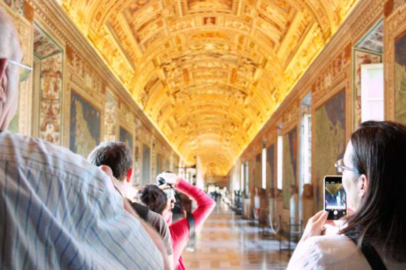 tourists on tour Vatican gallery of maps best tour museums